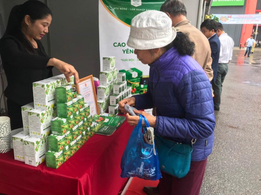 Khách hàng ghé thăm trải nghiệm và mua sản phẩm Ca cà gai leo Yên Thủy
