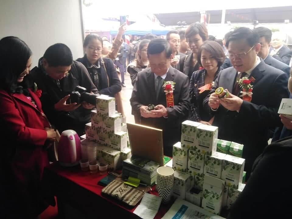 Phó Thủ tướng Vương Đình Huệ và lãnh đạo các bộ ngành ghé thăm gian hàng của Cao cà gai leo Yên Thủy