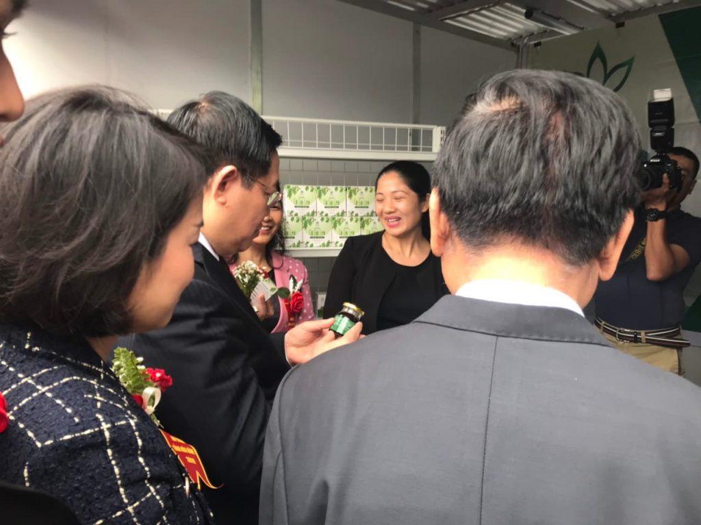 Phó Thủ tướng Vương Đình Huệ ghé thăm gian hàng của Cao cà gai leo Yên Thủy